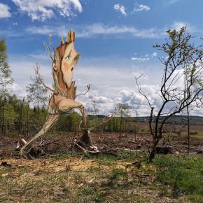 Vyděšený ent utíká před hlukem težké techniky lesníků